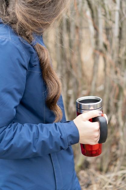 編みこみの美しい髪を持つ古典的な青いジャケットの若い女性。 Premium写真