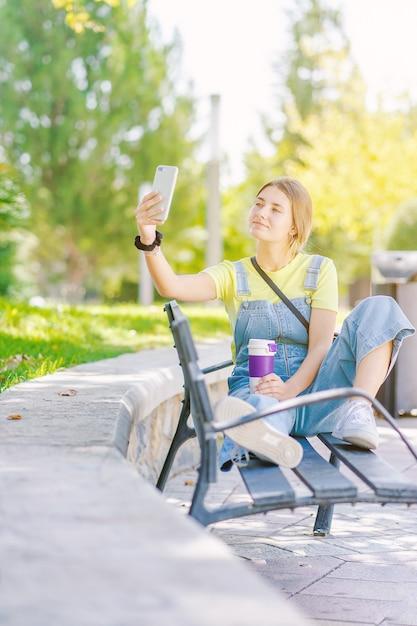 Selfie를 복용 공원에서 젊은 여자 프리미엄 사진