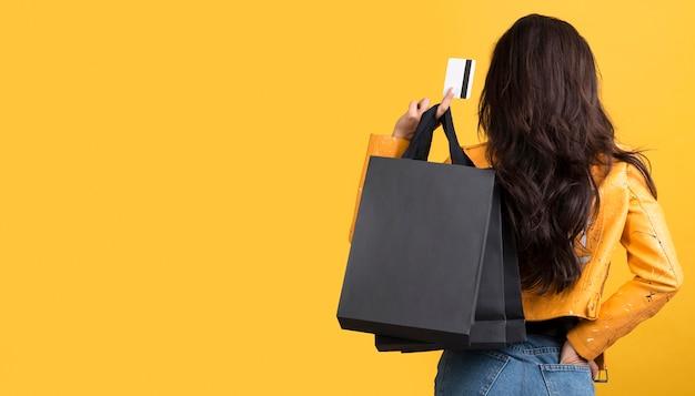 Молодая женщина в желтой кожаной куртке с копией пространства Бесплатные Фотографии