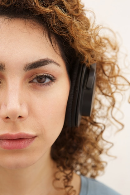 Young woman listening to music with headphones Premium Photo
