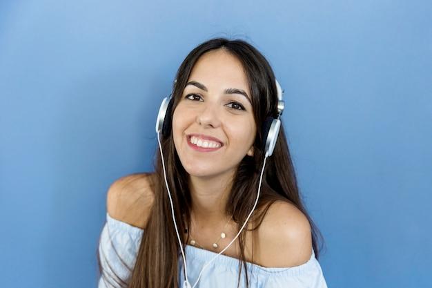 Молодая женщина прослушивания музыки Бесплатные Фотографии