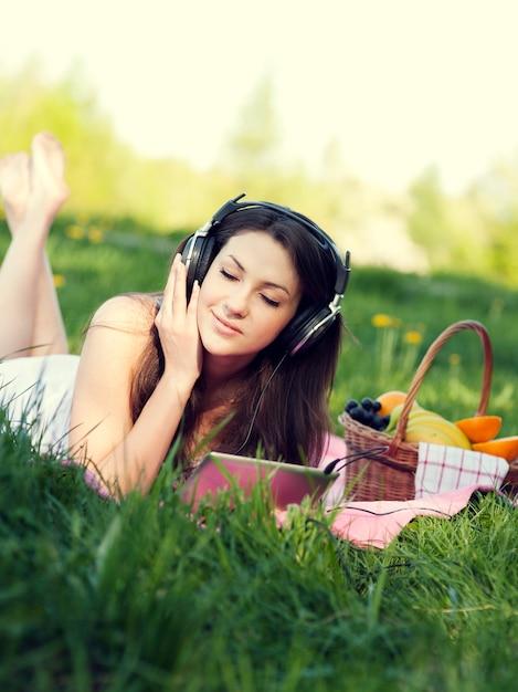 Giovane donna che ascolta la musica Foto Gratuite
