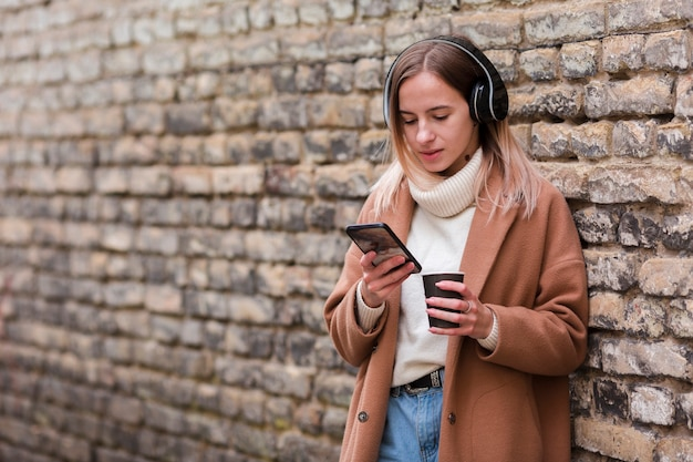 コピースペースとヘッドフォンで音楽を聴く若い女性 無料写真