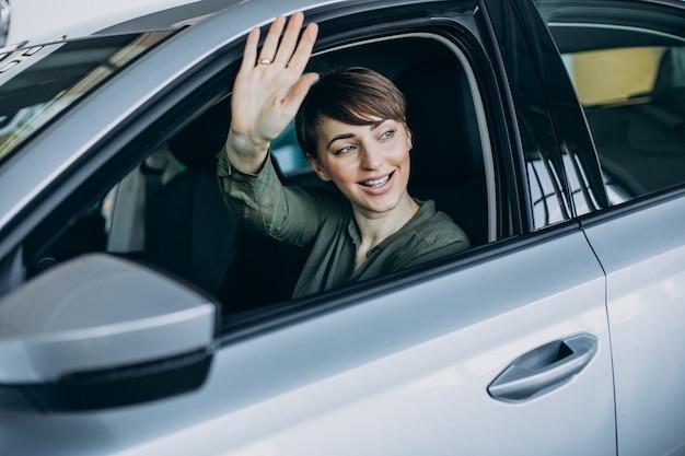 Молодая женщина, глядя в окно автомобиля Бесплатные Фотографии