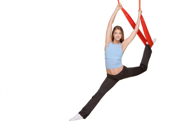 ひものストレッチで反重力ヨガの練習を作る若い女性 無料写真