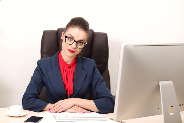 Young woman in office working on desktop Premium Photo
