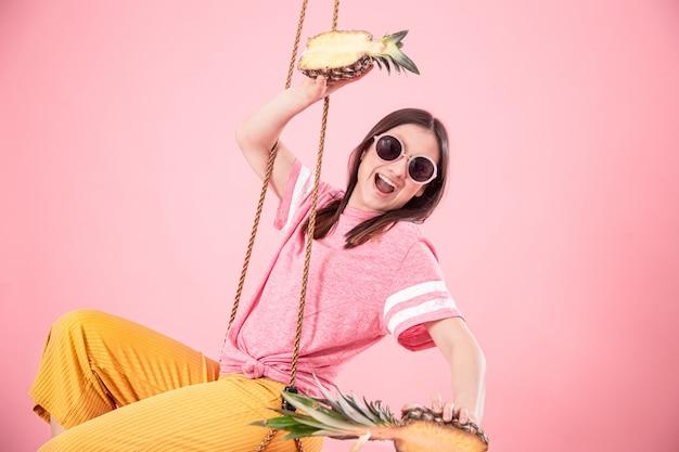 ピンクのブランコに乗っている若い女性 無料写真