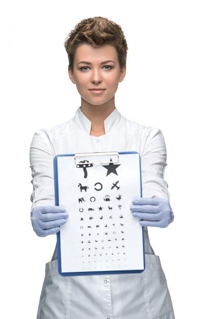 Офтальмолог молодой женщины с диаграммой глаза Бесплатные Фотографии