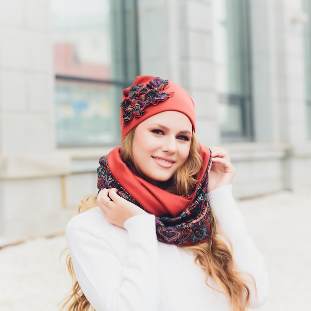 帽子を持つ若い女性屋外のポートレート Premium写真