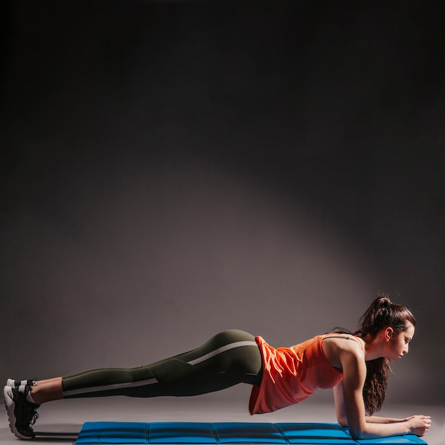 Young woman performing plank Free Photo