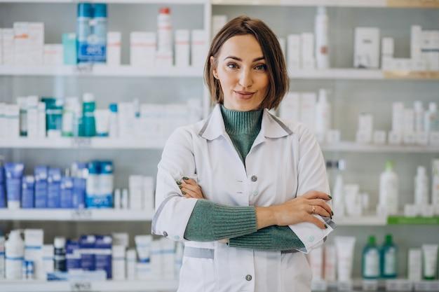 Farmacista della giovane donna in farmacia Foto Gratuite