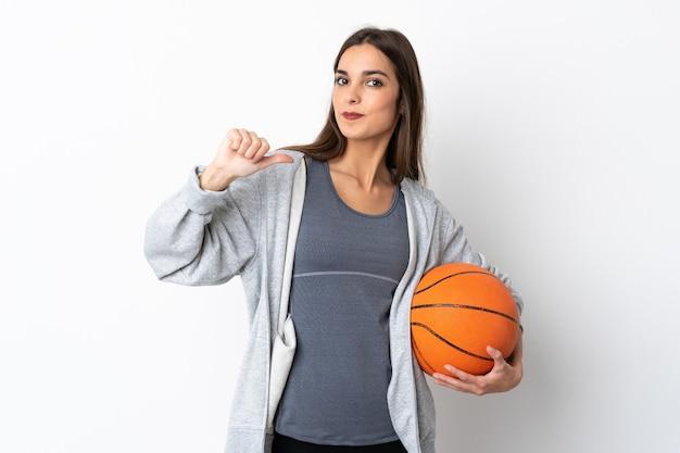 誇りと自己満足の白い背景で隔離のバスケットボールをする若い女性 Premium写真
