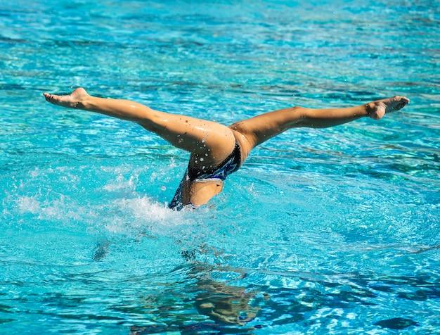 Giovane donna in posa all'interno della piscina Foto Gratuite