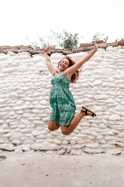 若い女性がレンガの壁でポーズします。アウトドア、ライフスタイル。 Premium写真