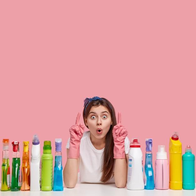 Молодая женщина позирует с чистящими средствами Бесплатные Фотографии