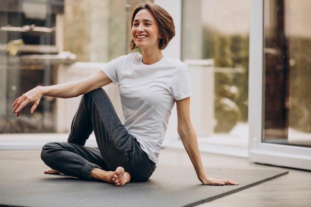 若い女性が自宅でヨガの練習 無料写真