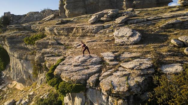 Молодая женщина практикующих йогу на природе Бесплатные Фотографии