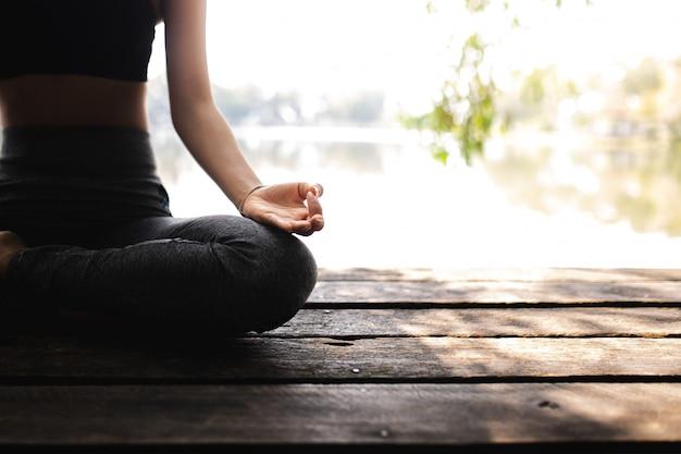 Молодая женщина практикующих йогу в природе. женское счастье Premium Фотографии