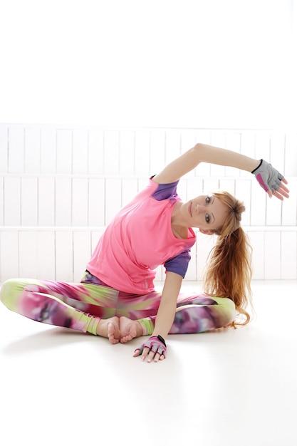 Молодая женщина практикующих йогу Бесплатные Фотографии