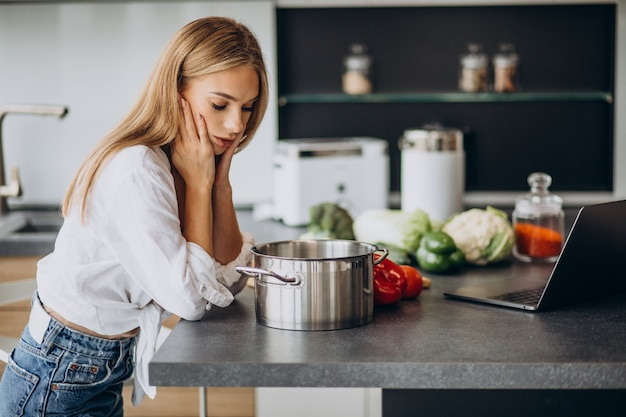 Молодая женщина готовит еду на кухне Бесплатные Фотографии
