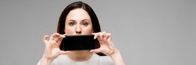 Young woman presenting telephone Premium Photo
