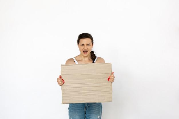 空白のボードに抗議している若い女性 無料写真