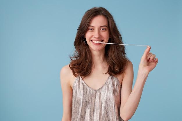 Молодая женщина вытаскивает жевательную резинку изо рта Бесплатные Фотографии