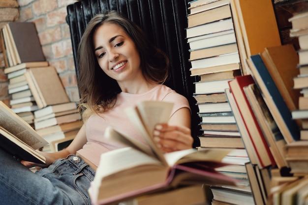 Молодая женщина, читающая книгу дома Бесплатные Фотографии