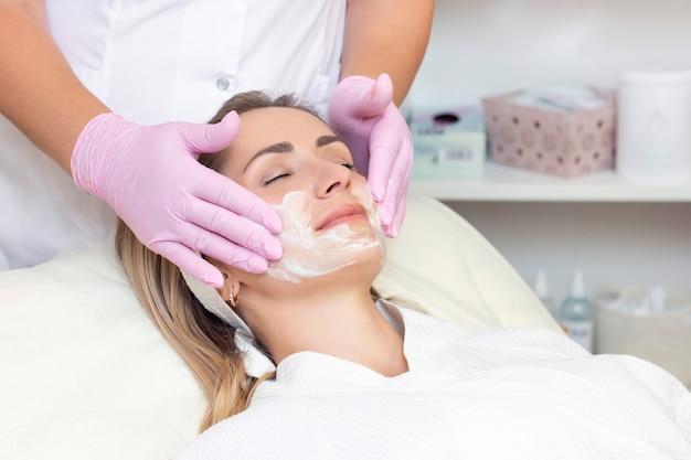 洗顔治療を受けている若い女性 Premium写真