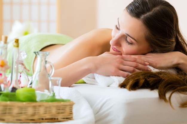 Young woman relaxing in a spa Premium Photo