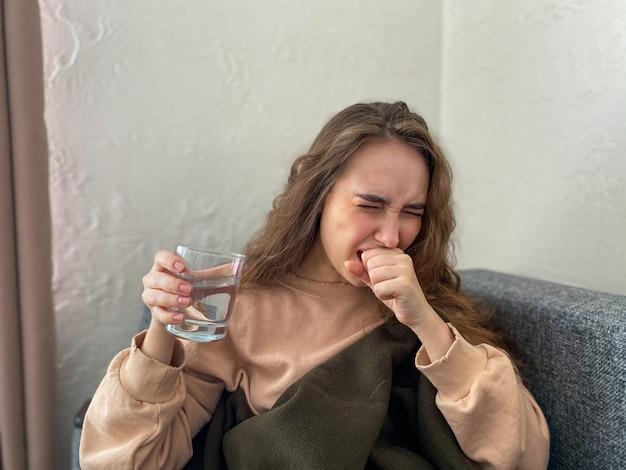 若い女性はウイルス感染の兆候があり、自宅で孤立したままです。外来治療を受けている女性。家庭検疫のコンセプト、コロナウイルス Premium写真