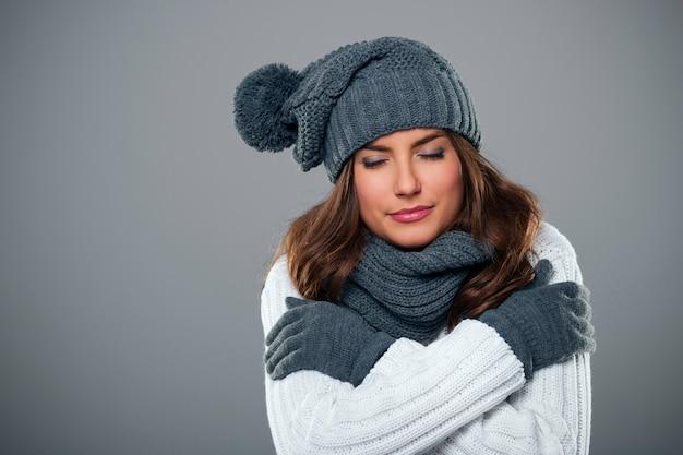 Молодая женщина дрожит в зимний сезон Бесплатные Фотографии
