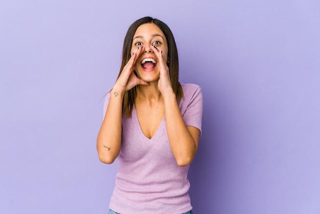 Молодая женщина кричит в восторге от фронта. Premium Фотографии