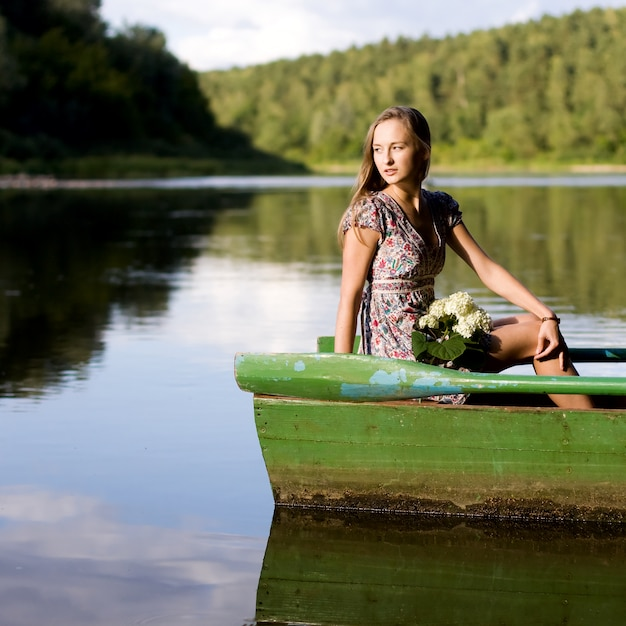девушка на берегу реки фото