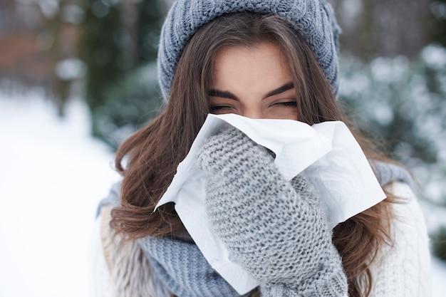 冬に居眠りする若い女性 無料写真