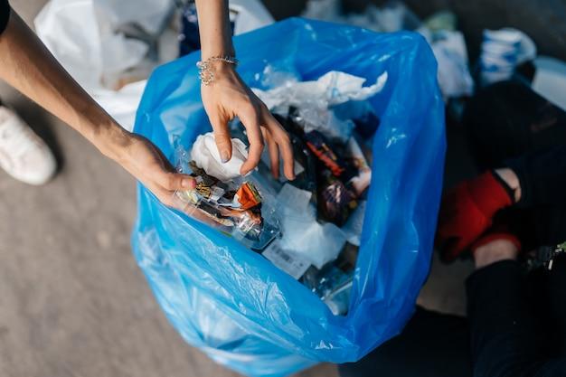 Молодая женщина, сортирующая мусор. концепция утилизации. без отходов Бесплатные Фотографии