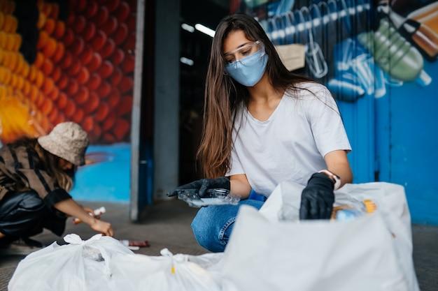 Молодая женщина, сортирующая мусор. концепция рециркуляции. нулевые отходы Бесплатные Фотографии