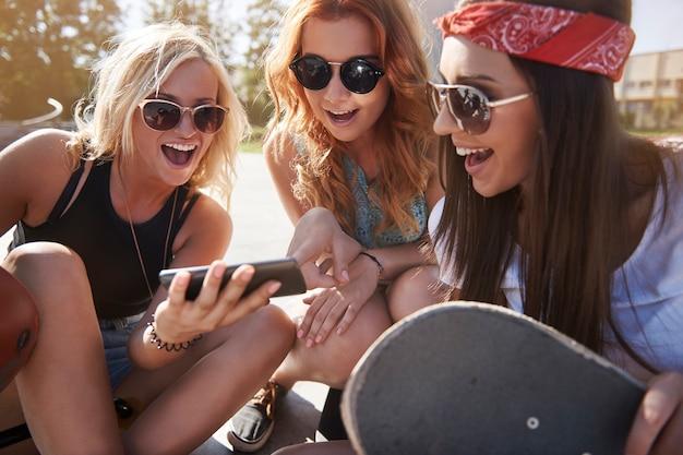 Skatepark에서 함께 시간을 보내는 젊은 여자 무료 사진