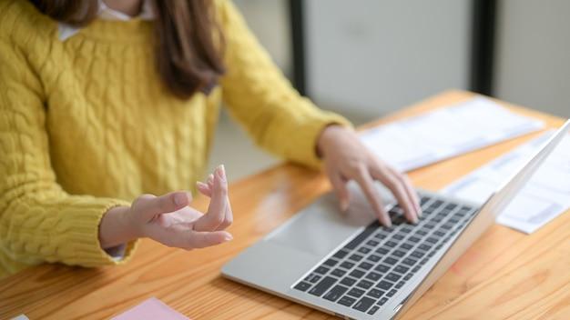 Молодая женщина, принимая видеоконференцию. Premium Фотографии