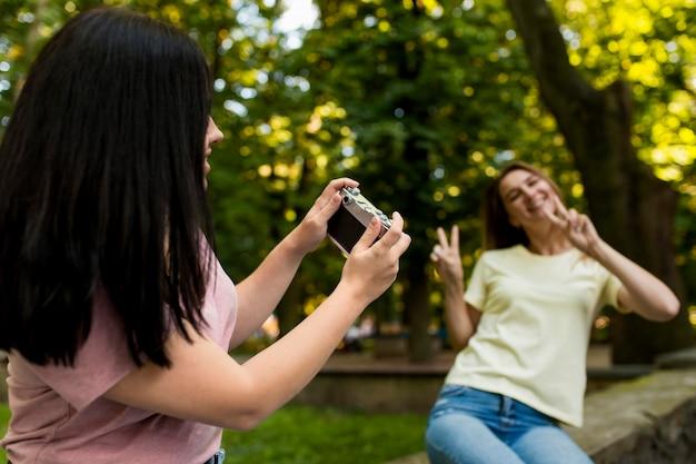 Giovane donna che cattura una foto della sua amica Foto Gratuite