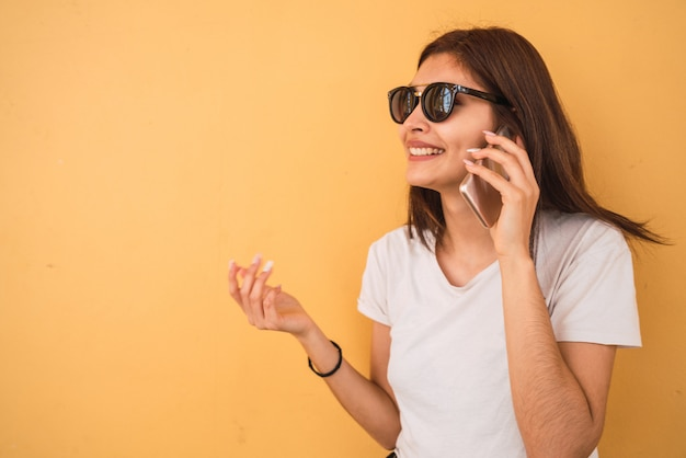 Young woman talking on the phone. Premium Photo