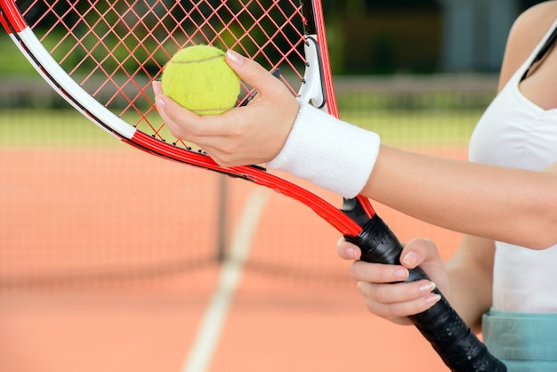 A young woman tennis player during a game of tennis. Premium Photo