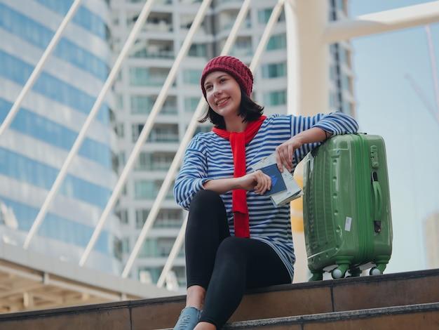 街を旅する若い女性のねじれ Premium写真