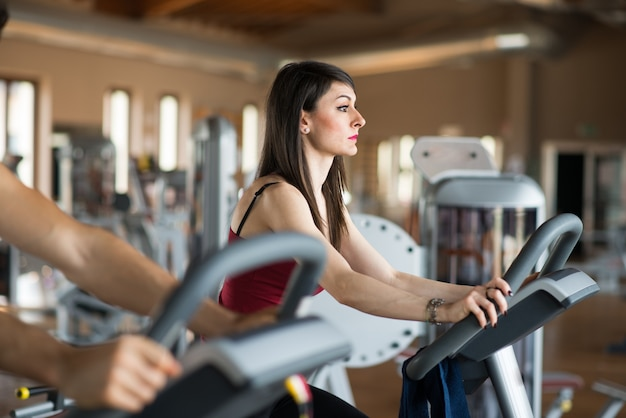 Young woman training in a gym Premium Photo
