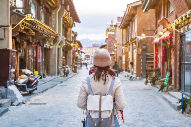Young woman traveler walking in the old town, shangri-la, travel lifestyle concept Premium Photo