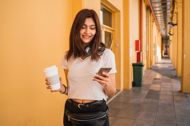 Young woman using her mobile phone. Premium Photo