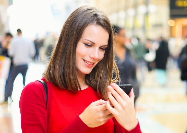 Young woman using a smartphone outdoor Premium Photo