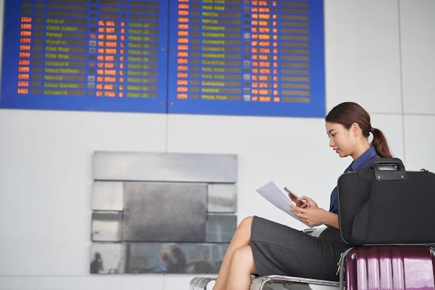 空港で待っている若い女性 無料写真