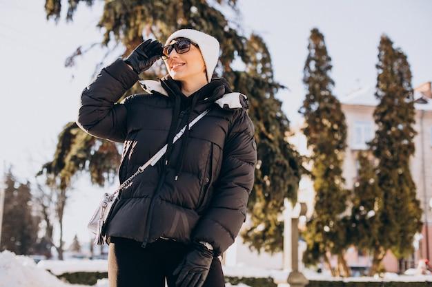 Молодая женщина, идущая в зимнее время Бесплатные Фотографии