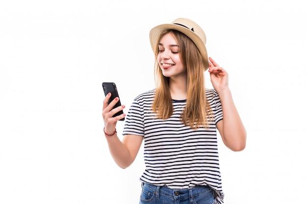 Молодая женщина в соломенной шляпе и солнцезащитные очки, видео звонок Бесплатные Фотографии